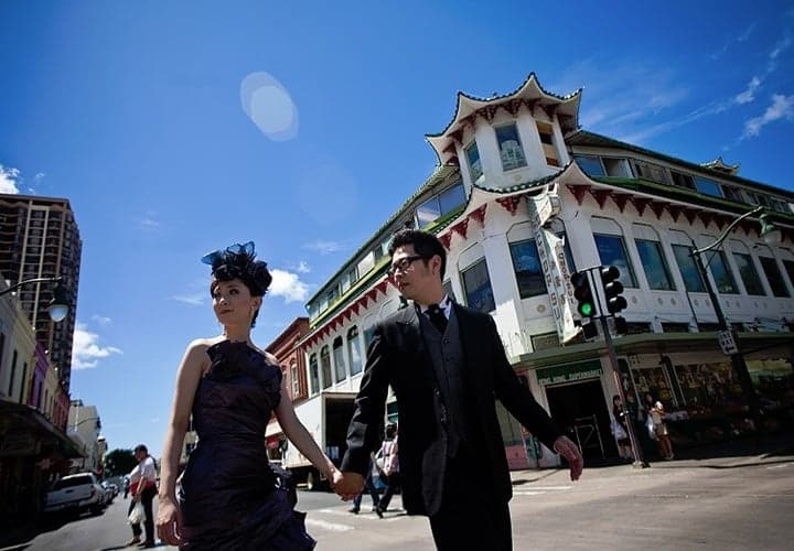 オールドハワイの面影を残した街角で挙式後に撮影